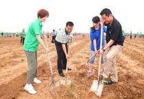 张晓蕾参与内蒙古植树活动